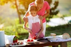 Légumes de coupe de mère et de fille Photos libres de droits