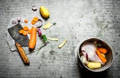 Légumes de coupe pour le potage au poulet Photographie stock libre de droits