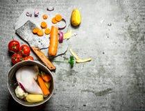 Légumes de coupe pour le potage au poulet Image stock
