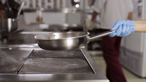 Légumes de lancement de chef dans le ciel avec une poêle clips vidéos