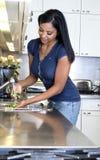 Légumes de lavage Photo stock