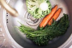 Légumes de lavage photographie stock libre de droits