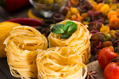 Légumes de pâtes, crus et mûrs, citron sur un fond en bois Ingrédients pour faire cuire les plats italiens Plan rapproché Image stock