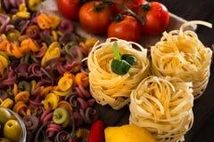 Légumes de pâtes, crus et mûrs, citron sur un fond en bois Ingrédients pour faire cuire les plats italiens Plan rapproché Photos libres de droits
