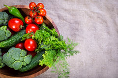 Légumes de plat en bois avec l'espace de copie photographie stock libre de droits