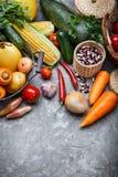 Légumes de récolte avec le potager d'herbe image stock