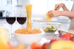 Légumes de tranche de coupe de jeune femme de plan rapproché faisant à salade la nourriture saine Photos stock