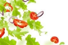 Légumes de vol La laitue, les tomates et les poivrons doux sont chute, d'isolement sur le fond blanc collage photographie stock