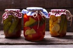 Légumes en boîte délicieux dans la cave photographie stock libre de droits