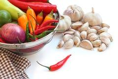 Légumes en passoire et ail en métal Photos stock