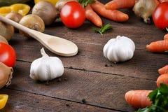 Légumes et cuillère à cuire en bois Photographie stock libre de droits