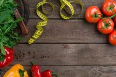 Légumes et dans la bande de mesure dans le régime sur le fond en bois Vue supérieure Images libres de droits