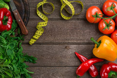 Légumes et dans la bande de mesure dans le régime sur le fond en bois Vue supérieure Photos libres de droits