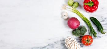 Légumes et fruit entiers frais sur le backgro en pierre de marbre naturel Images libres de droits