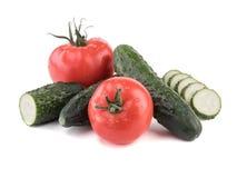 Légumes et fruits organiques Avocats et tomates sur un fond blanc photos stock