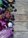 Légumes et fruits pourpres Prune, aubergine, poivre, myrtilles, sorbe Nourritures organiques violettes hautes en antioxydants, an photo stock