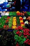 Légumes et fruits sur une stalle du marché Image libre de droits