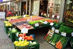 Légumes et fruits sur une stalle du marché Photo libre de droits