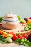Légumes et herbes frais de ferme sur le fond rustique Photos libres de droits