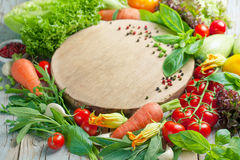 Légumes et herbes frais de ferme sur le fond rustique Photographie stock libre de droits