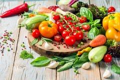 Légumes et herbes frais de ferme sur le fond rustique Photo libre de droits