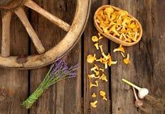 Légumes et lavande sur le vieux fond en bois Photos stock