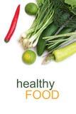 Légumes et piments verts frais sur le fond blanc Photographie stock