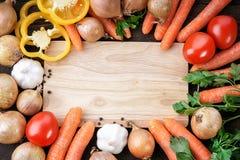 Légumes et planche à découper en bois Images libres de droits