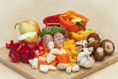 Légumes et saucisses coupés Photos libres de droits