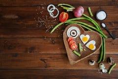 Légumes et un plat avec des oeufs au plat sur la pousse haute de fond de fin en bois de frais généraux Image libre de droits