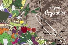 Légumes et vaisselle de cuisine sains organiques sur une surface en bois Photographie stock libre de droits
