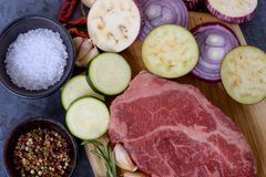 Légumes et viande crue de plan rapproché Photographie stock libre de droits