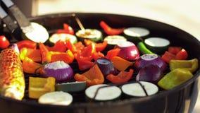 Légumes faisant cuire sur le gril de barbecue clips vidéos