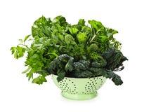 Légumes feuillus vert-foncé dans la passoire Photographie stock libre de droits