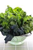 Légumes feuillus vert-foncé dans la passoire Image stock