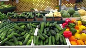 Légumes frais au marché de l'agriculteur banque de vidéos