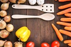 Légumes frais autour de la vaisselle de cuisine en bois Images libres de droits