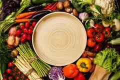 Légumes frais autour du plateau en bambou Photo libre de droits