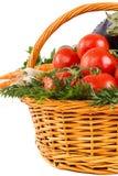 Légumes frais avec des baisses de l'eau dans le panier Photographie stock