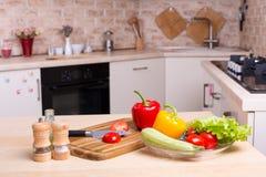 Légumes frais crus sur le bureau à la cuisine Photos libres de droits