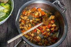 Légumes frais découpés en tranches avec de la viande dans la casserole Photos stock