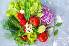 Légumes frais d'été d'un plat gris Photographie stock