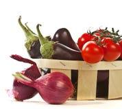 Légumes frais dans le panier d'isolement Photographie stock