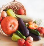 Légumes frais dans le panier en osier Image stock