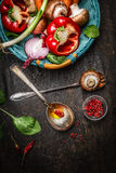 Légumes frais dans le panier, faisant cuire des cuillères avec le pétrole et les épices sur le fond en bois rustique, vue supérie Images libres de droits