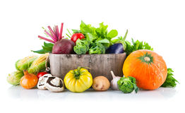 Légumes frais dans le seau en bois avec de la laitue de feuille photos libres de droits