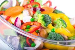 Légumes frais dans le vapeur électrique de nourriture Photographie stock libre de droits