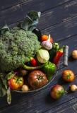Légumes frais de jardin - brocoli, courgette, aubergine, poivrons, betteraves, tomates, oignons, ail - dans le panier en métal de photographie stock libre de droits