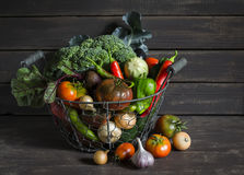 Légumes frais de jardin - brocoli, courgette, aubergine, poivrons, betteraves, tomates, oignons, ail - panier en métal de vintage Photographie stock