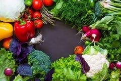 Légumes frais de ressort sur le tableau noir Image libre de droits